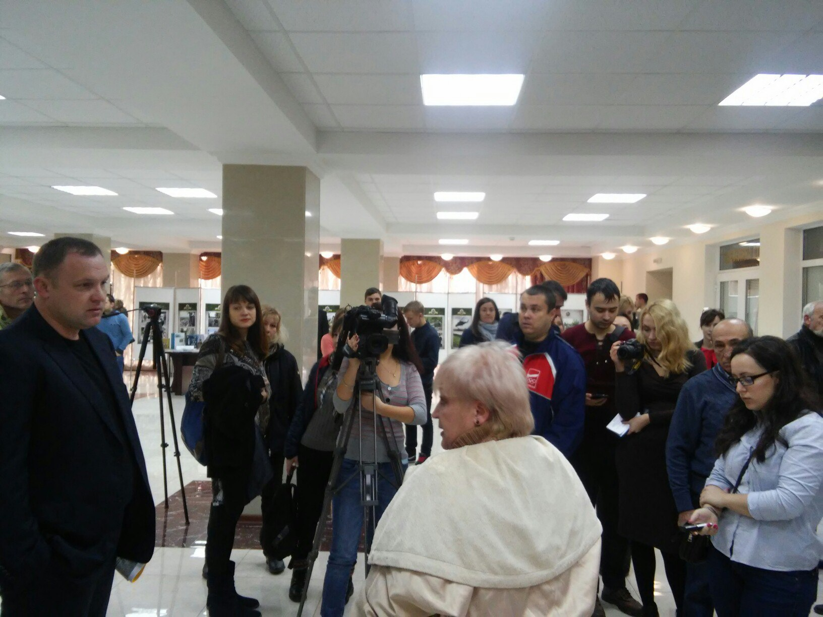 Перед сесією Миколаївської облради активісти влаштували сутичку (ФОТО, ВІДЕО)