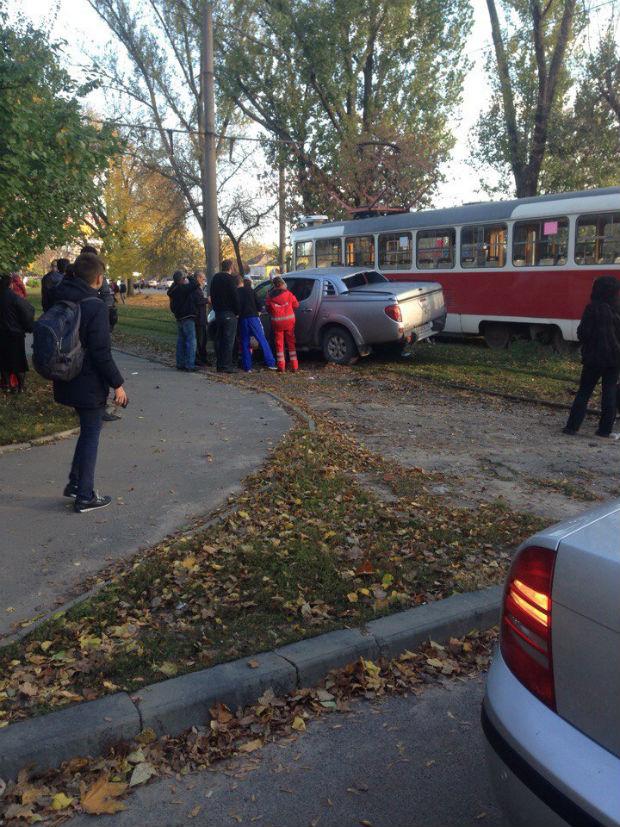 На Салтівці джип із донецькими номерами залетів під трамвай - фото 2