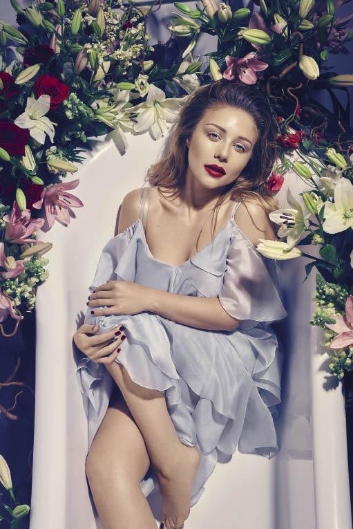 Заквітчана Кароль знов залізла у дизайнерському одязі у ванну - фото 3