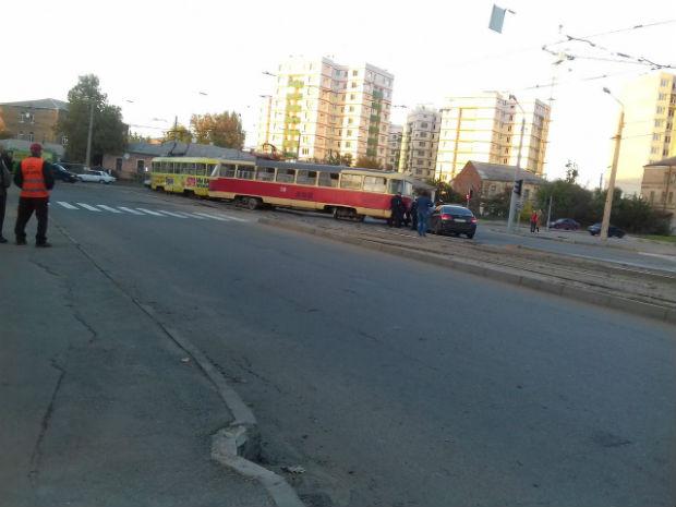 """У Харкові в районі Південного вокзалу – трамвайний """"дрифт"""" - фото 1"""