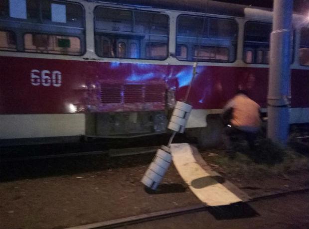 У Харкові трамвай злетів з рейок та пошкодив електроопору - фото 2