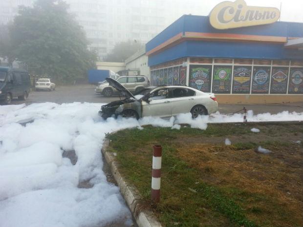На Залютіно біля супермаркету згоріла іномарка - фото 1