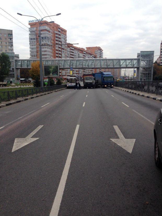На проспекті Гагаріна через дві вантажівки утворився затор - фото 1