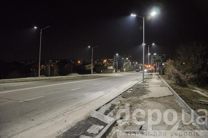 На проспекті Юності тепер сучасне освітлення, готують тротуари і велодоріжки - фото 2