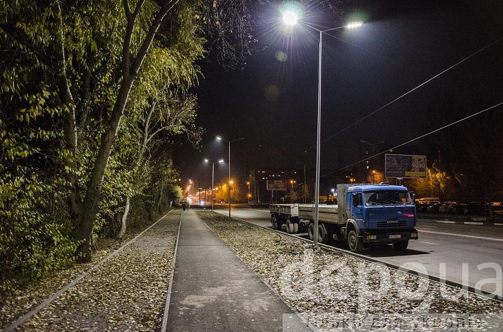 На проспекті Юності тепер сучасне освітлення, готують тротуари і велодоріжки - фото 6