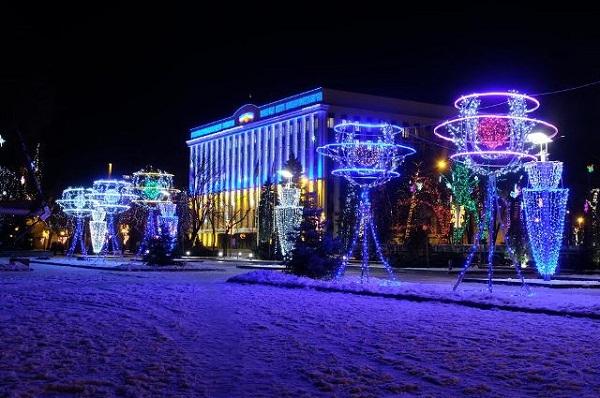 Сквер біля Дніпропетровської ОДА прикрасили мільйоном вогнів - фото 1
