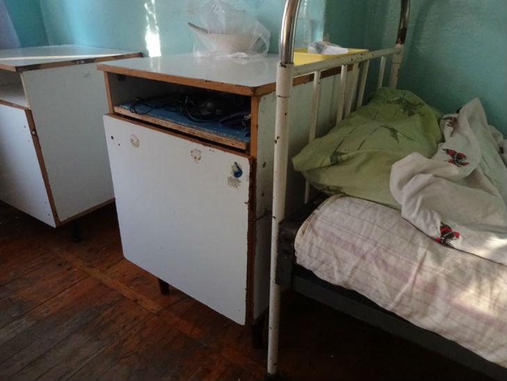 Радянські ліжка і обідрані стіни: У яких умовах лікують дітей на Полтавщині - фото 1