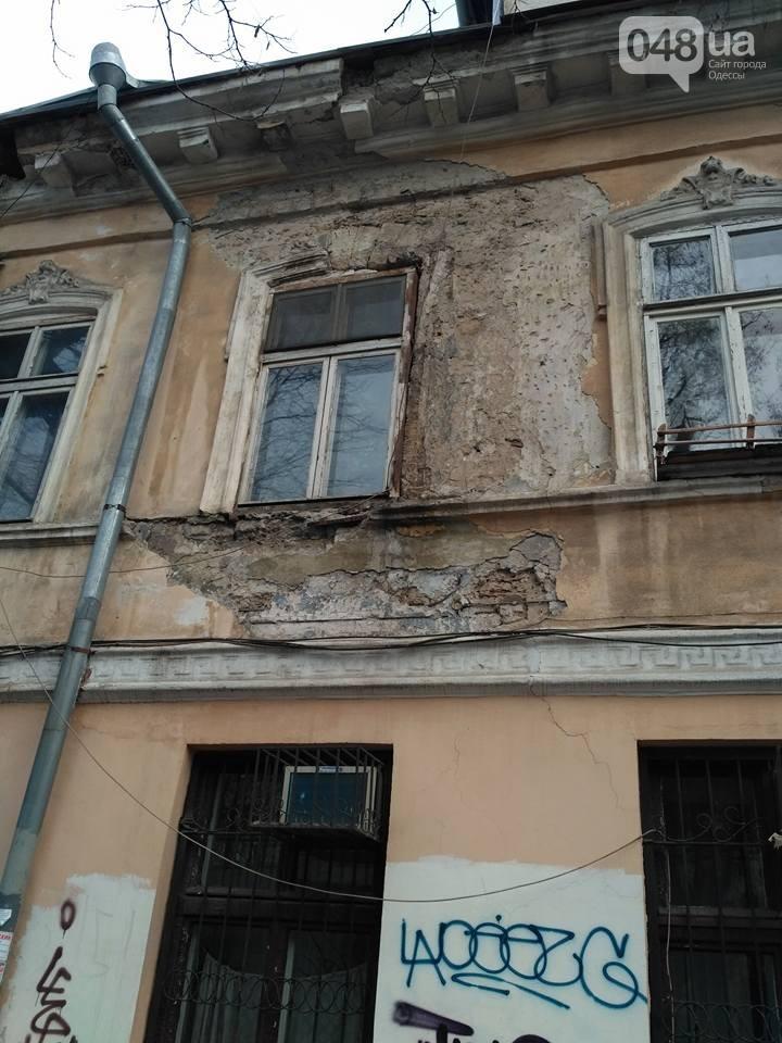 В центрі Одеси обвалився фрагмент фасаду будинку (ФОТО) - фото 1