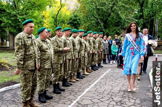 """Як """"Міс Україна-Всесвіт"""" гостювала у прикордонників - фото 1"""