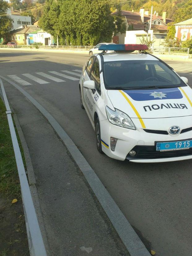 У Харкові патрульні припаркували автомобіль під знак, що забороняє це робити (ФОТОФАКТ) - фото 1