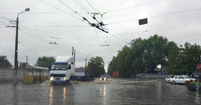 Наслідки буревію в Одесі: машини затоплені, дерева падали на маршрутки з людьми (ФОТО) - фото 1