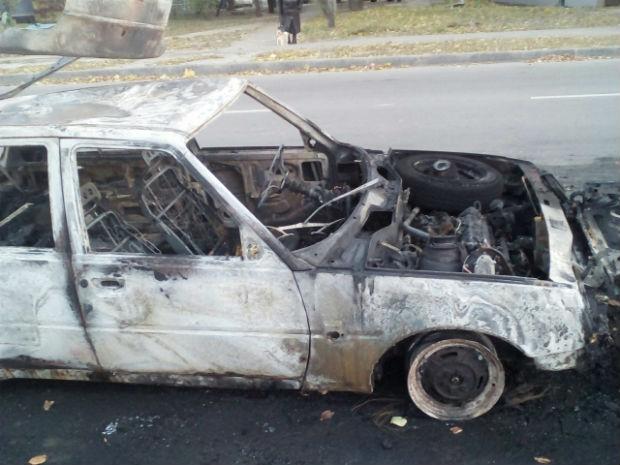 На Нових Будинках вщент вигоріла вітчизняна машина (ФОТО) - фото 1