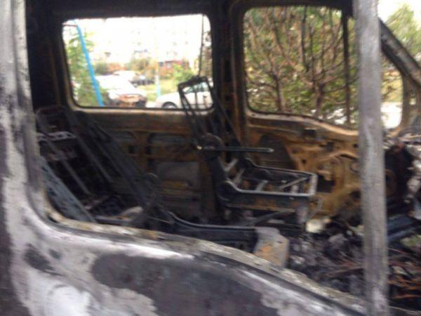 В елітному мікрорайоні Вінниці дотла згорів мікроавтобус  - фото 3