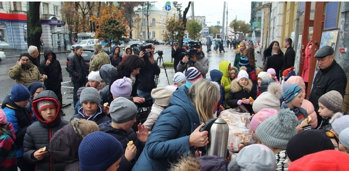Вінничани зібрали гроші для земляка, який втратив на війні руку і зір - фото 3