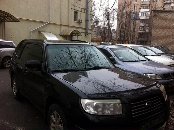 У Дніпрі посеред дня на парковці злодії розкрили дві автівки - фото 1