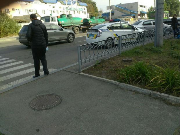 У Харкові патрульні припаркували автомобіль під знак, що забороняє це робити (ФОТОФАКТ) - фото 2