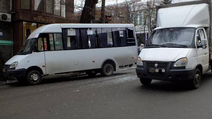 В центрі Дніпра екскаватор-руйнівник зносив автівки на своєму шляху - фото 4