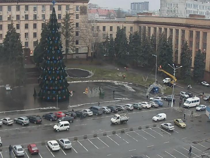 На головній площі Дніпра монтують новорічну інсталяцію - фото 1