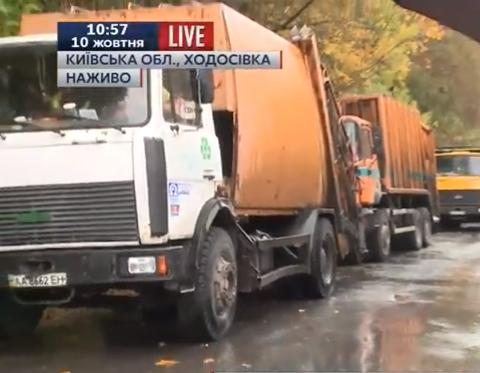 На Київщині селяни заблокували полігон сміттєвозами - фото 1