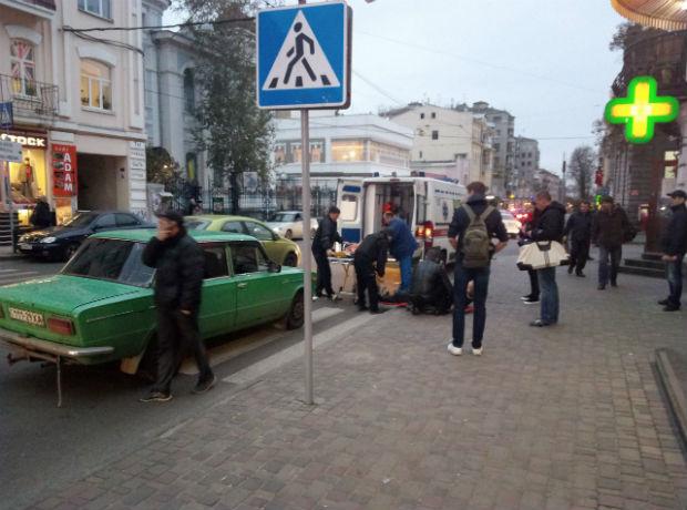 """У центрі Харкова """"Жигуль"""" збив банківського інкасатора, - очевидці (ФОТО) - фото 2"""