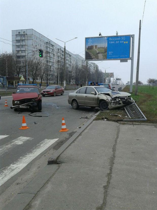У Харкові врізалися ВАЗ і Nissan: постраждала дитина і водій легковика (ФОТО) - фото 1