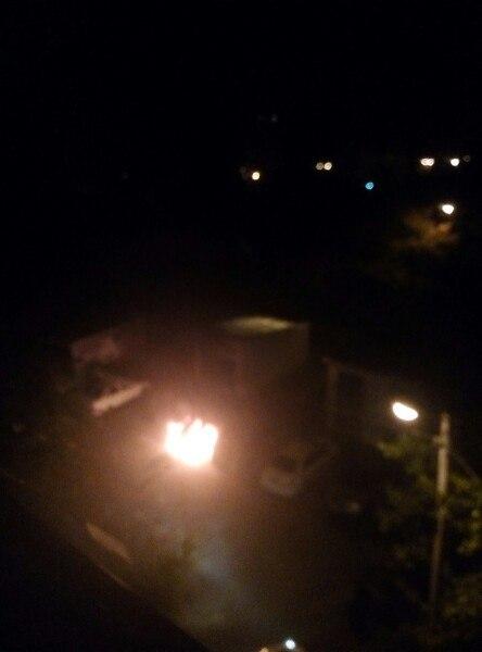 У Харкові у дворі багатоповерхівки спалахнула машина - фото 1