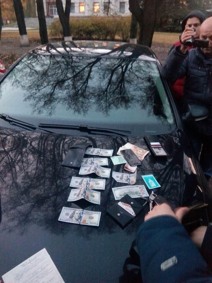 Військова прокуратура затримала співробітника СБУ на хабарі - фото 1