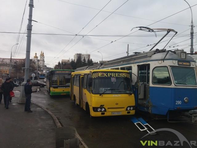 На Центральному мосту маршрутка вибила двері трамваю  - фото 1
