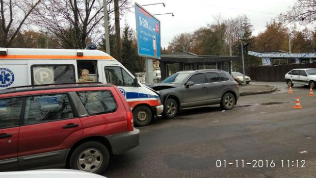 """У Харкові військова """"швидка"""" потрапили в аварію: дві людини постраждали - фото 1"""