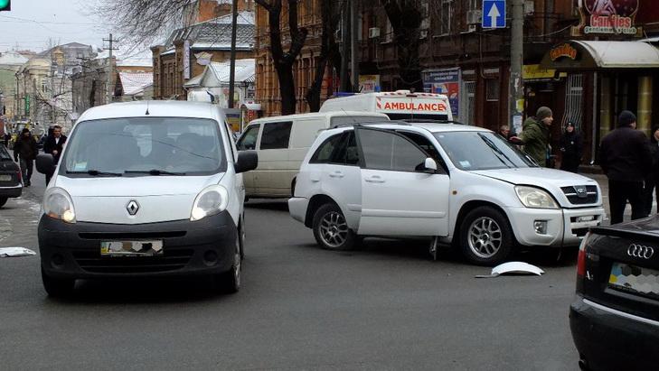 В центрі Дніпра екскаватор-руйнівник зносив автівки на своєму шляху - фото 2