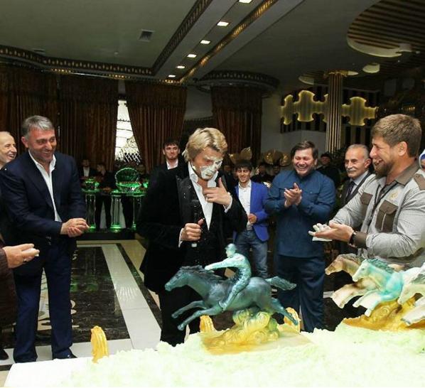 Тигр на пенісі і обличчя в торті: ТОП-5 трешевих витівок путінолюба Баскова - фото 3