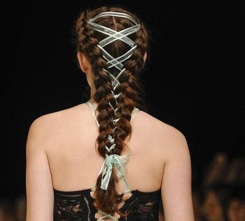 Як модниці заплітають волосся у корсети - фото 3