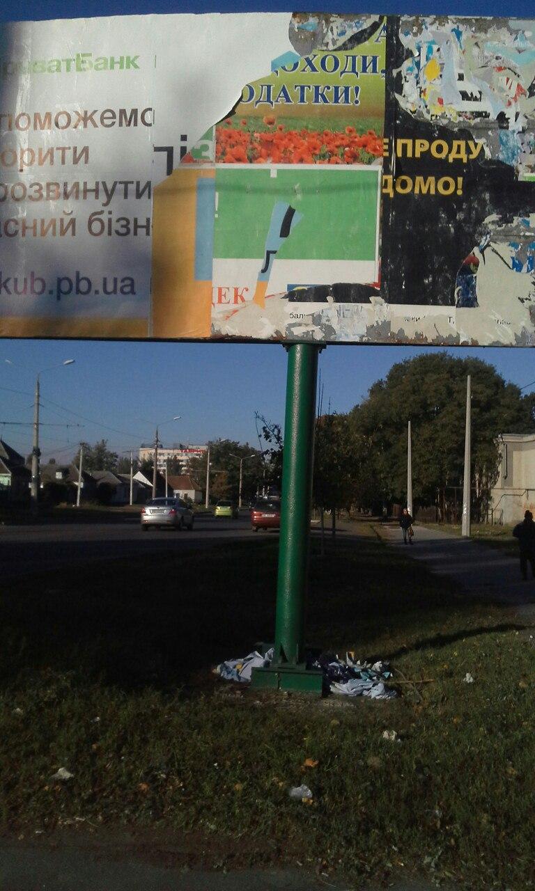 Миколаївські рекламники досі не прибрали лахміття з бордів після негоди
