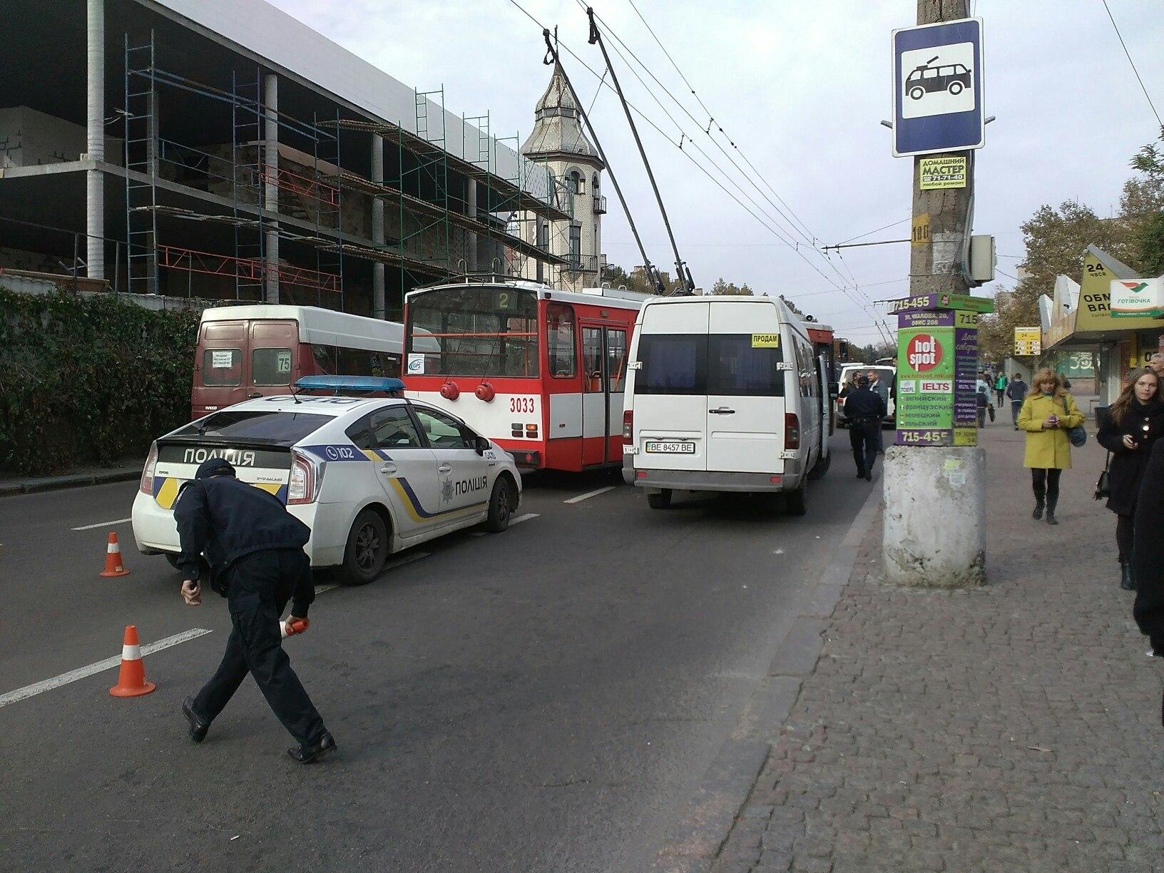 У центрі Миколаєва тролейбус в'їхав в маршрутку - фото 1