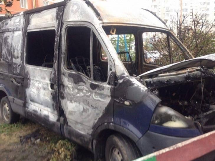 В елітному мікрорайоні Вінниці дотла згорів мікроавтобус  - фото 1