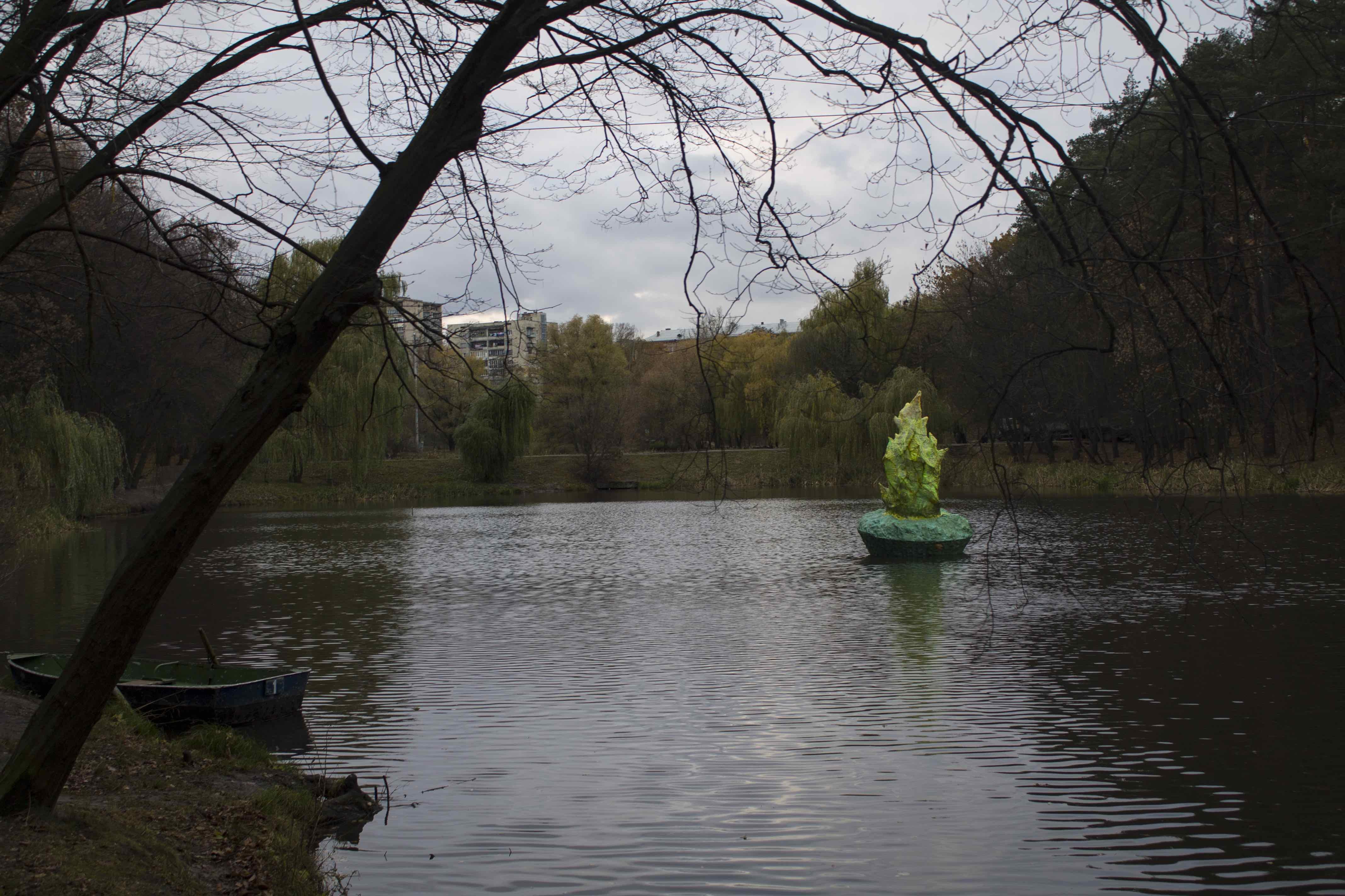 У Києві з'явилася скульптура рослини, що світиться  - фото 1