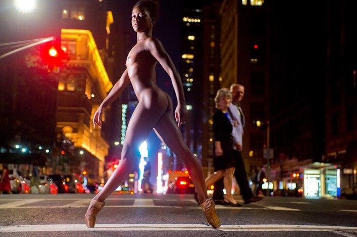 Як оголені танцюристи позували посеред мегаполісу для приголомшливої фотосесії  - фото 1