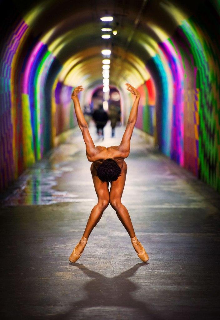 Як оголені танцюристи позували посеред мегаполісу для приголомшливої фотосесії  - фото 3