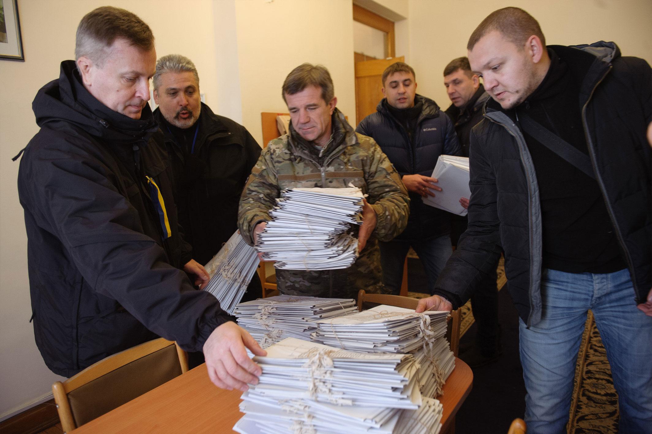 Наливайченко передав Порошенку 300 томів із заявами людей, які постраждали від Гонтаревої - фото 3