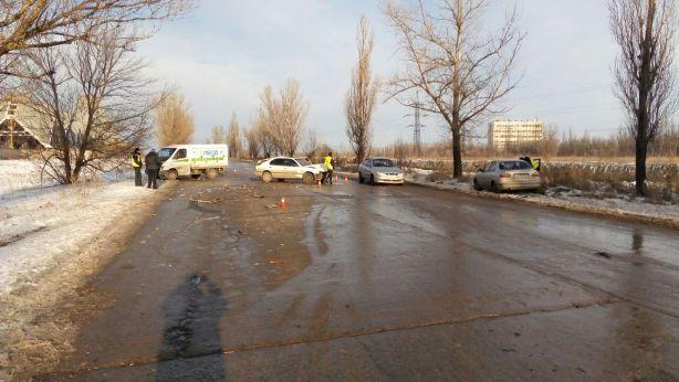 У Кривому Розі на вкритій льодом дорозі зіткнулося чотири автівки - фото 1