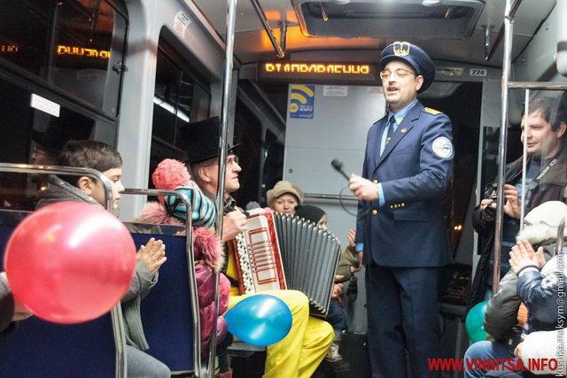 Наступна зупинка – Новорічна: У Вінниці з'явився святковий трамвайний маршрут - фото 1