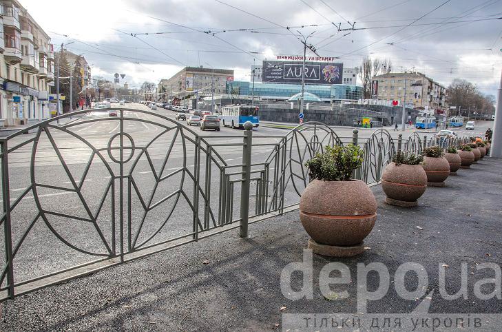 Напроти арки на площі Гагаріна монтують огородження від автомобілів та пішоходів - фото 1