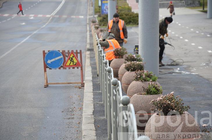 Напроти арки на площі Гагаріна монтують огородження від автомобілів та пішоходів - фото 2