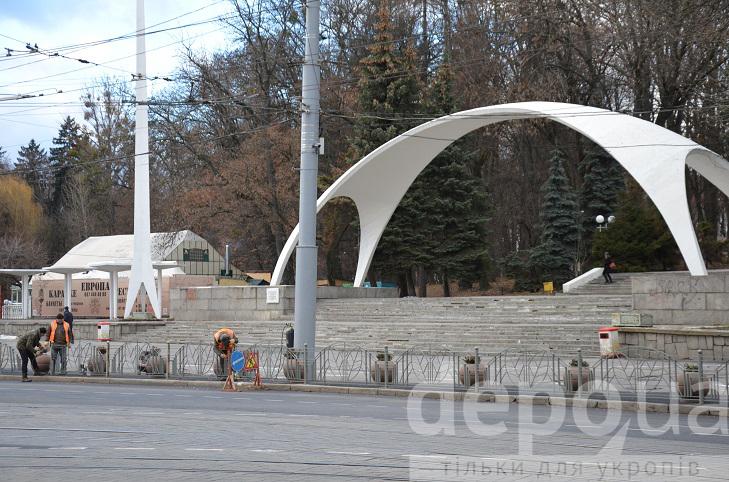 Напроти арки на площі Гагаріна монтують огородження від автомобілів та пішоходів - фото 3