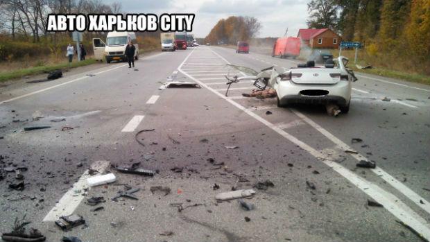 Під Харковом внаслідок ДТП розірвало легковик: дві людини загинули (ФОТО 18+) - фото 2