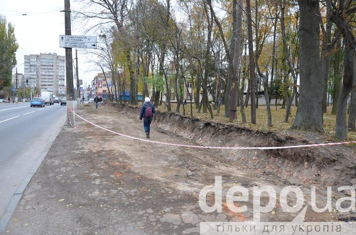 Навколо Центрального парку почали валити старий мур. Задля нового паркану  - фото 1