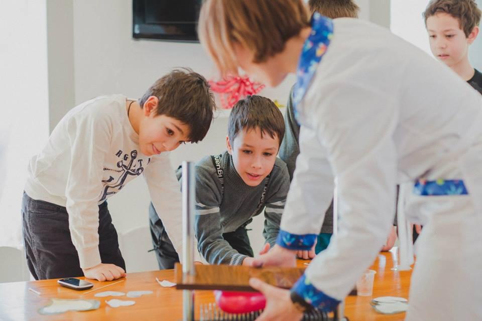 Втекти від війни і здійснити мрію: Як переселенка вчить дітей науці на підгузках - фото 5
