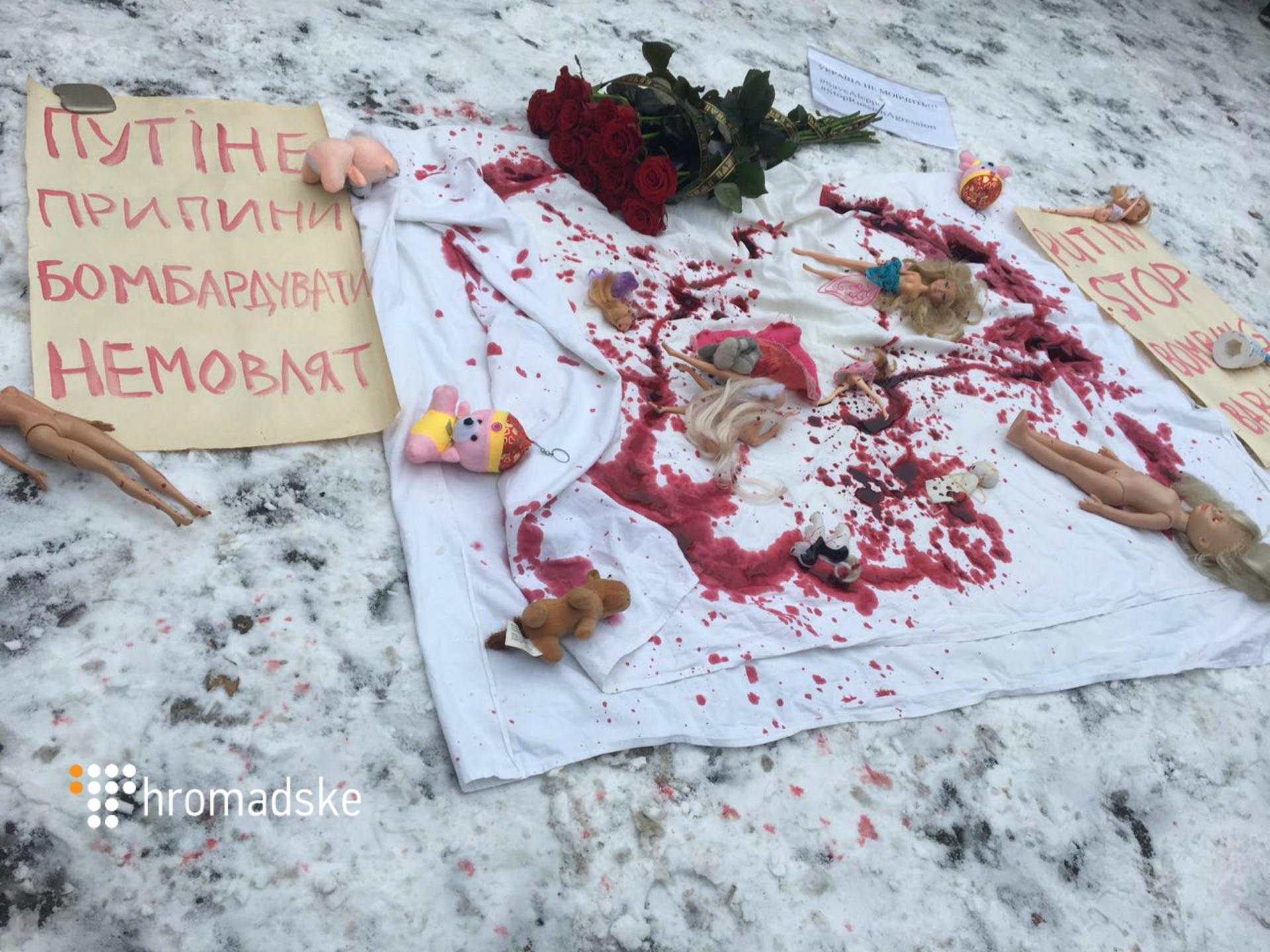 Через бомбардування Сирії під посольство Росії в Києві принесли закривавлені ляльки - фото 2