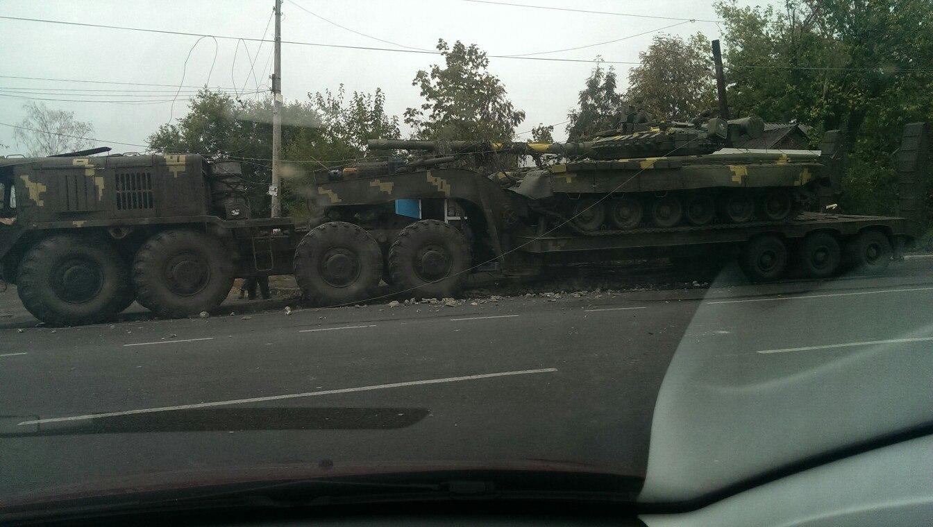 На Миколаївщині тягач з танком влетів в зупинку та електроопору - фото 2