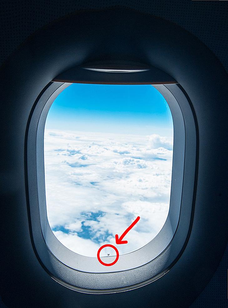 Навіщо маленькі кишеньки на джинсах і дірочка у вікні ілюмінатора літака?  - фото 7